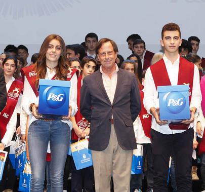 FUNDAL entrega sus Becas a 100 jóvenes deportistas