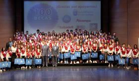 Imagen de los 100 jóvenes deportistas becados por la Fundación Deporte Alcobendas en 2017