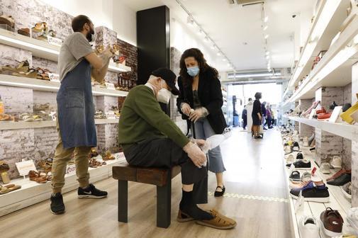 La Comunidad de Madrid recupera el pulso con la apertura de tiendas: 'Es muy pronto para que haya tanta gente'