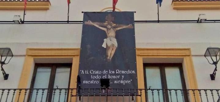 Podemos Sanse pide la retirada de la banderola del Cristo de la fachada del Ayuntamiento