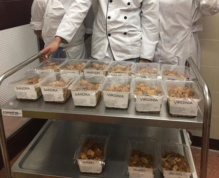 Jóvenes alumnos de cocina elaboran menús para familias en situación de vulnerabilidad social y económica
