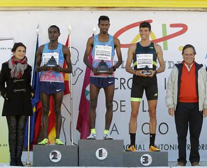 Imagen del podium en categoría masculina con los ganadores y los representantes municipales