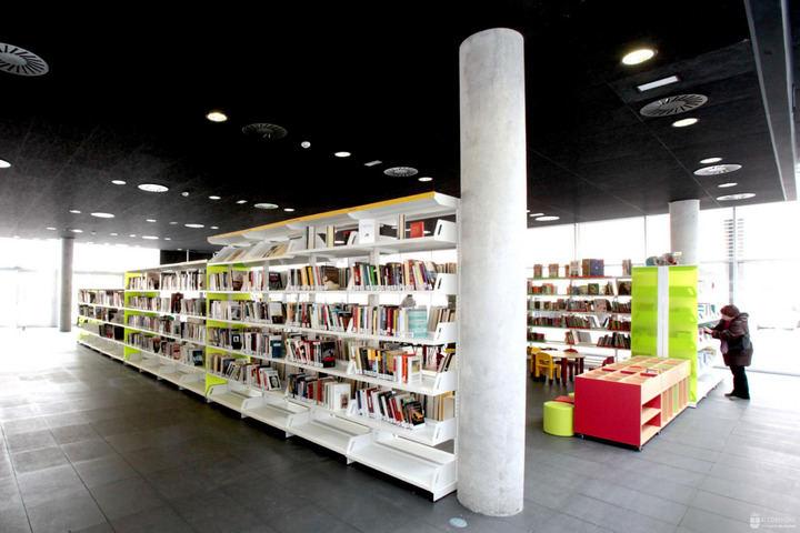 Alcobendas dona 250 libros a la biblioteca `Resistiré´del hospital de campaña de Ifema
