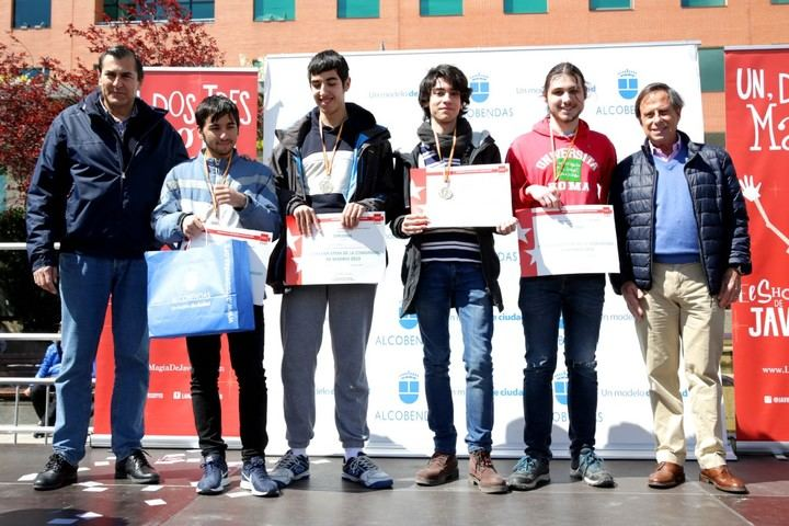 Imagen del equipo del IES Ágora, ganador del primer premio de la Gymkana STEM en la categoría de Educación Secundaria. A la izquierda vemos a Fernando Martínez, concejal de Educación y a la derecha a Ignacio García de Vinuesa, alcalde de Alcobendas