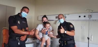 Dos agentes de la Policía Nacional salvan la vida a un bebé de 13 meses