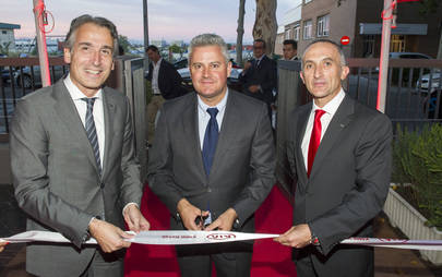 De izqda a drcha vemos a Emilio Herrera, Director General de Kia Motors Iberia, Narciso Romeros, Alcalde de Sanse y Manuel Gómez, Gerente de KMIb Retails