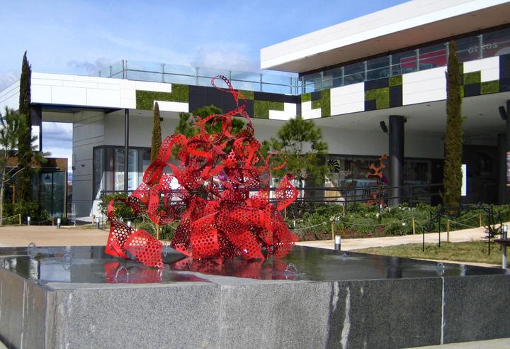Exposición de esculturas en los exteriores de Moraleja Green