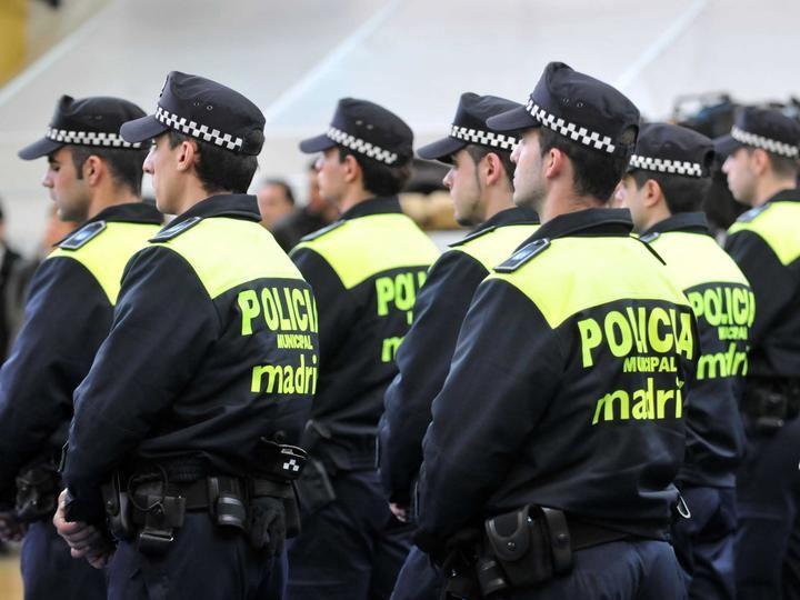 La Policía Municipal de Madrid utiliza la megafonía para despejar las calles: 'Vuelvan a sus domicilios por el bienestar de todos'