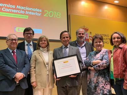 Imagen del Alcalde de Alcobendas, en el centro, con el premio recibido.