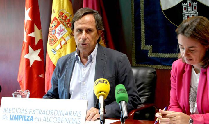 Imagen de la Rueda de Prensa del Alcalde de Alcobendas y la concejal de Medio Ambiente donde anunciaron el paquete de Medidas Extraordinarias de Limpieza