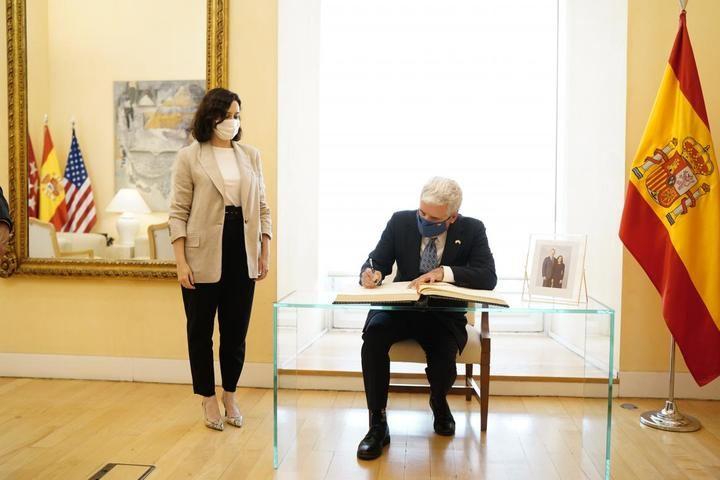 Ayuso se reúne con el encargado de negocios de EEUU en España