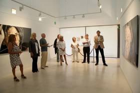 Imagen de la inauguración con el autor Daniel O'Sullivan en el centro cívico Anabel Segura