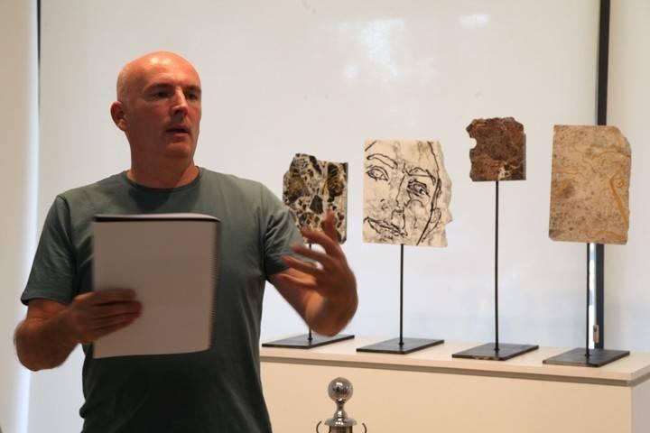 Imagen del autor el día de la inauguración de su exposición