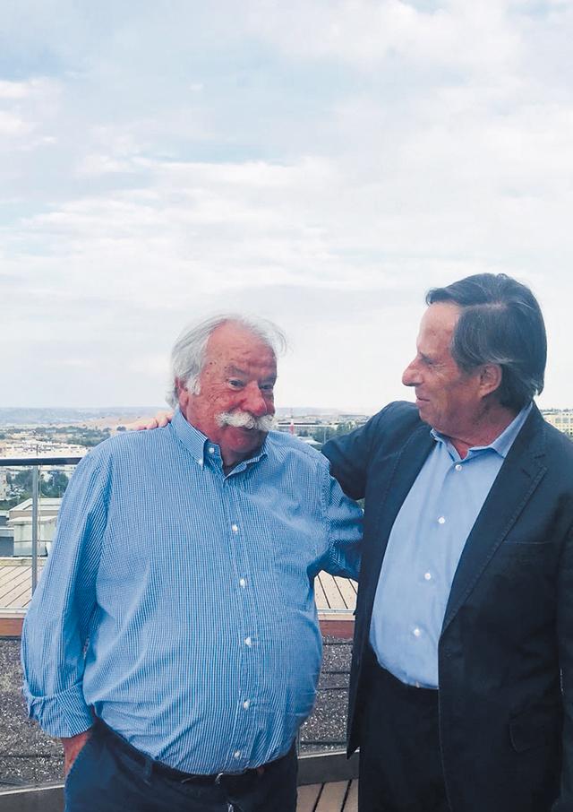 Imagen del Alcalde y el Director de La Tribuna de La Moraleja durante la realización de la entrevista