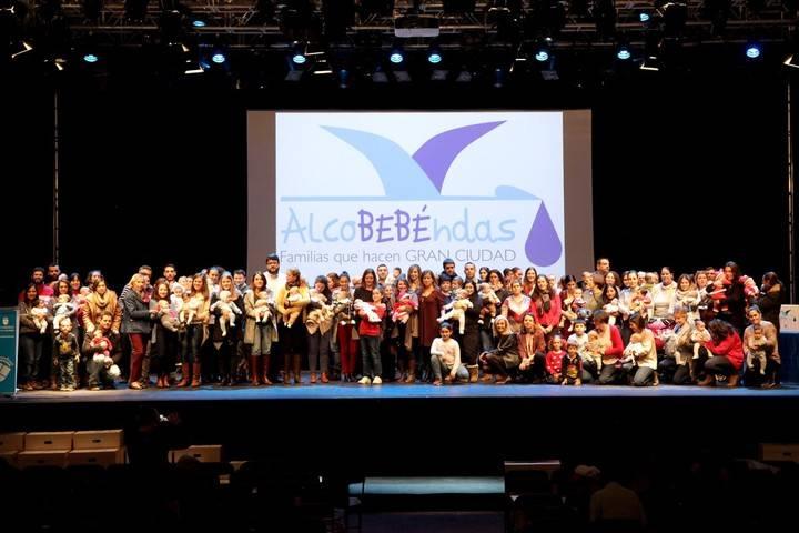 Imagen de grupo de los 222 vecinos que recibieron la cesta de productos para sus recién nacidos