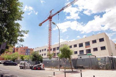 Imagen de la fachada del edifico donde se están construyendo los 30 pisos en la calle Teresa de Calcuta de Valdelasfuentes