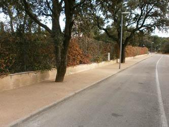 Imagen de la arena de jabre compactada colocada en una calle de La Urbanización por la entidad de conservación de La Moraleja