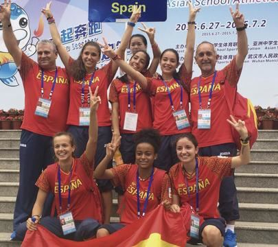 Imagen del equipo juvenil femenino del colegio Base que conquistó el Campeonato del Mundo escolar de 2015 celebrado en China