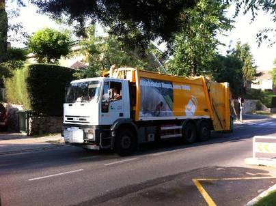Imagen de un camión de Cespa en el municipio de Alcobendas
