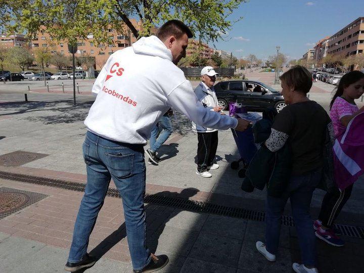 Imagen de Miguel Ángel Arranz repartiendo propaganda de Ciudadanos el pasado domingo.