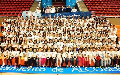 Imagen de grupo donde están todos los nadadores del Club Natación Alcobendas