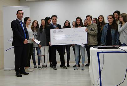 El cheque fue entregado por alumnos del colegio y estuvieron presentes Juan de Santiago, Presidente de la Fundación Colegio y David del Campo, Director de Cooperación Internacional y Acción Humanitaria de Save The Children.