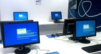 Imagen de los ordenadores de una de las salas multimedia del centro Conect@ de Nuevas Tecnologías de Alcobendas donde se imparten las sesiones de los cursos.