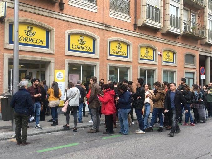 Colapso en las oficinas de Correos de Madrid por coincidir el Voto por Correo y la recogida de los distintivos de la DGT