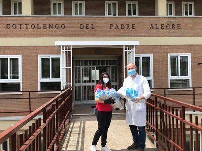 El programa 'Llenamos tu despensa' de Alcobendas recibe comida y material sanitario de la Hermandad Virgen de la Paz