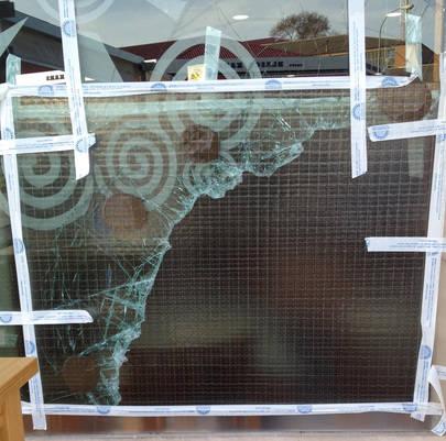 Imagen del cristal de la fachada del restaurante después de que los ladrones lo rompieran por cuarta vez en menos de dos meses.