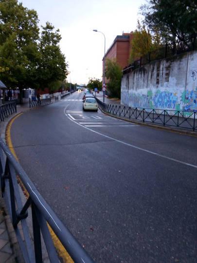Imagen de la calle Antela Parada invadida de coches en una curva que no se puede aparcar