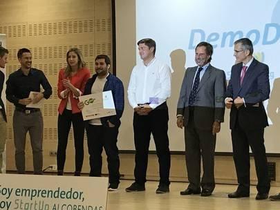 Imagen de Jorge Campos, fundador de Doozymob, con el premio de Mejor Startup en las manos.