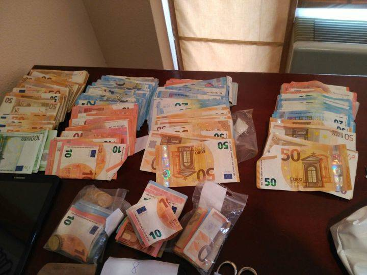 Imagen de los 100.000 euros en efectivo y droga incautados por el Grupo III del Cuerpo Nacional de Policía