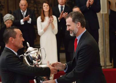 Imagen de la entrega del premio que Su Majestad Felipe VI hizo al Director del colegio Base, Juan de Santiago