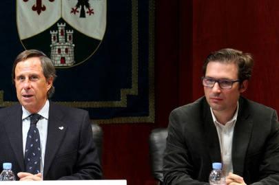 De izquierda a derecha, vemos a Ignacio García de Vinuesa, alcalde de Alcobendas y a Agustín Martín, responsable de la confección de los presupuestos, cuarto teniente de alcalde y actual Concejal Delegado de Economía, Hacienda, Comercio, Fomento del Empleo , Nuevas Oportunidades y captación de inversiones