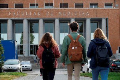 Una Prueba de Acceso a la Universidad con mascarilla y gel desinfectante