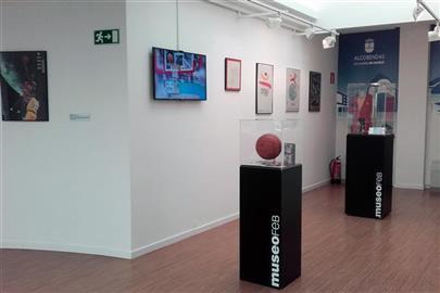 Imagen de las vitrinas de la exposición que se puede ver en el Museo de la Federación Española de Baloncesto en Alcobendas