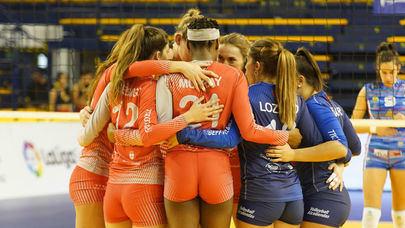 Imagen de un momento del partido de cuartos de final que enfrentó al Feel Volley Alcobendas con el Avarca Menorca