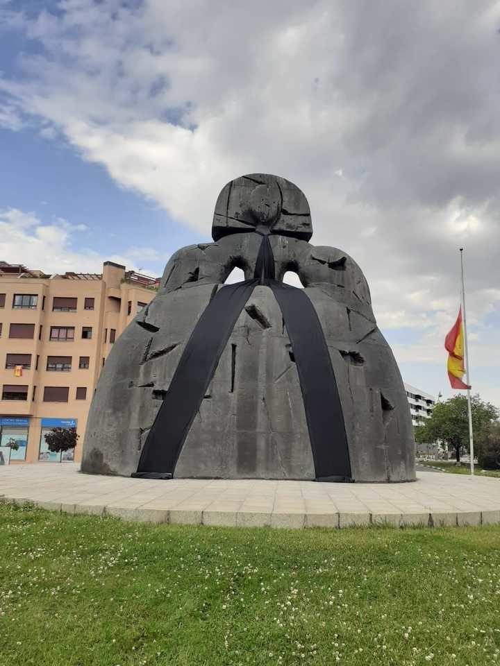 Un lazo negro cubrirá la menina durante el luto por los fallecidos por covid-19 en Alcobendas
