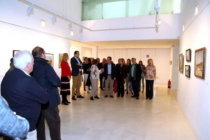 Imagen de la inauguración de la exposición  'Guadarrama, naturaleza y paisaje a través del tiempo', donde la autora les explica al alcalde de Alcobendas y demás asistentes las trazas principales de su exposición