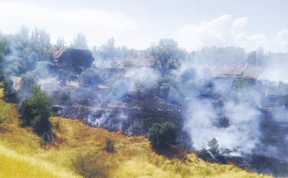 El consistorio dice que sí se desbrozó la parcela incendiada