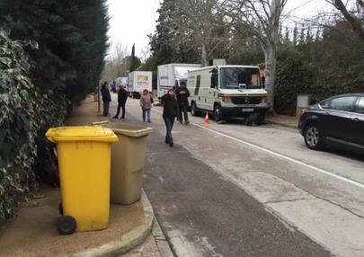 Imagen de como los camiones de la productora invadieron la calle sin aviso previo.