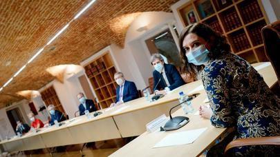 Díaz Ayuso mantiene una reunión con expertos médicos para fortalecer la Sanidad madrileña