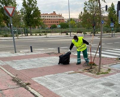 Alcobendas elimina las malas hierbas de la vía pública