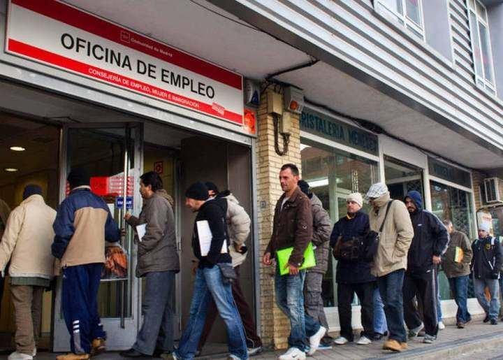 El empleo se hunde en abril y deja un récord histórico de 5,2 millones de españoles cobrando prestación de paro
