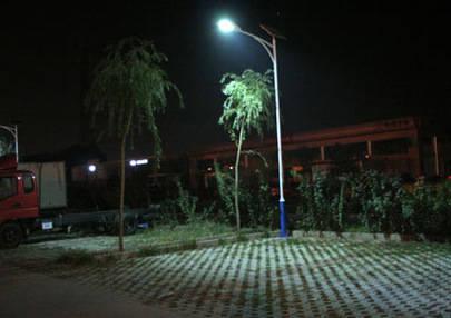 Imagen de una luminaria con luz LED en el exterior
