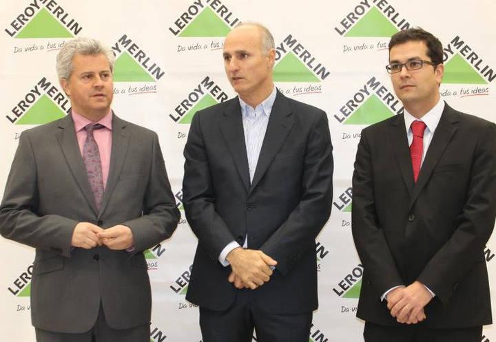 De izquierda a derecha vemos al Alcalde de Sanse, Narciso Romero al Director de Leroy Merlin España, Ignacio Sánchez Villares y al el Director de la propia tienda, José María Sánchez