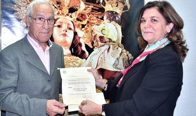 Foto realizada por la Hermandad de La Paz y que retrata el momento en el que Isabel Páramo, Presidenta de la Hermandad, le entrega a Luis Martín Melendro el documento que lo acredita como Prioste Mayor de las Fiestas de este año