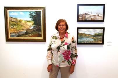 Imagen de la artista, Maribel Floréz delante de uno de sus cuadros expuestos en la sala de exposiciones del Centro Cultural Ánabel Segura