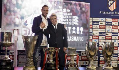 Imagen del Jugador con Enrique Cerezo, Presidente del Atlético de Madrid durante el homenaje al jugador